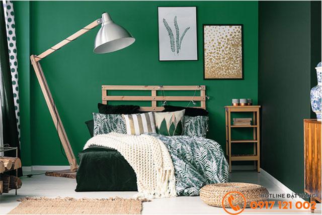 Phòng ngủ được phối tông màu xanh lá mang đến không gian thư giãn đặc trưng của miền nhiệt đới